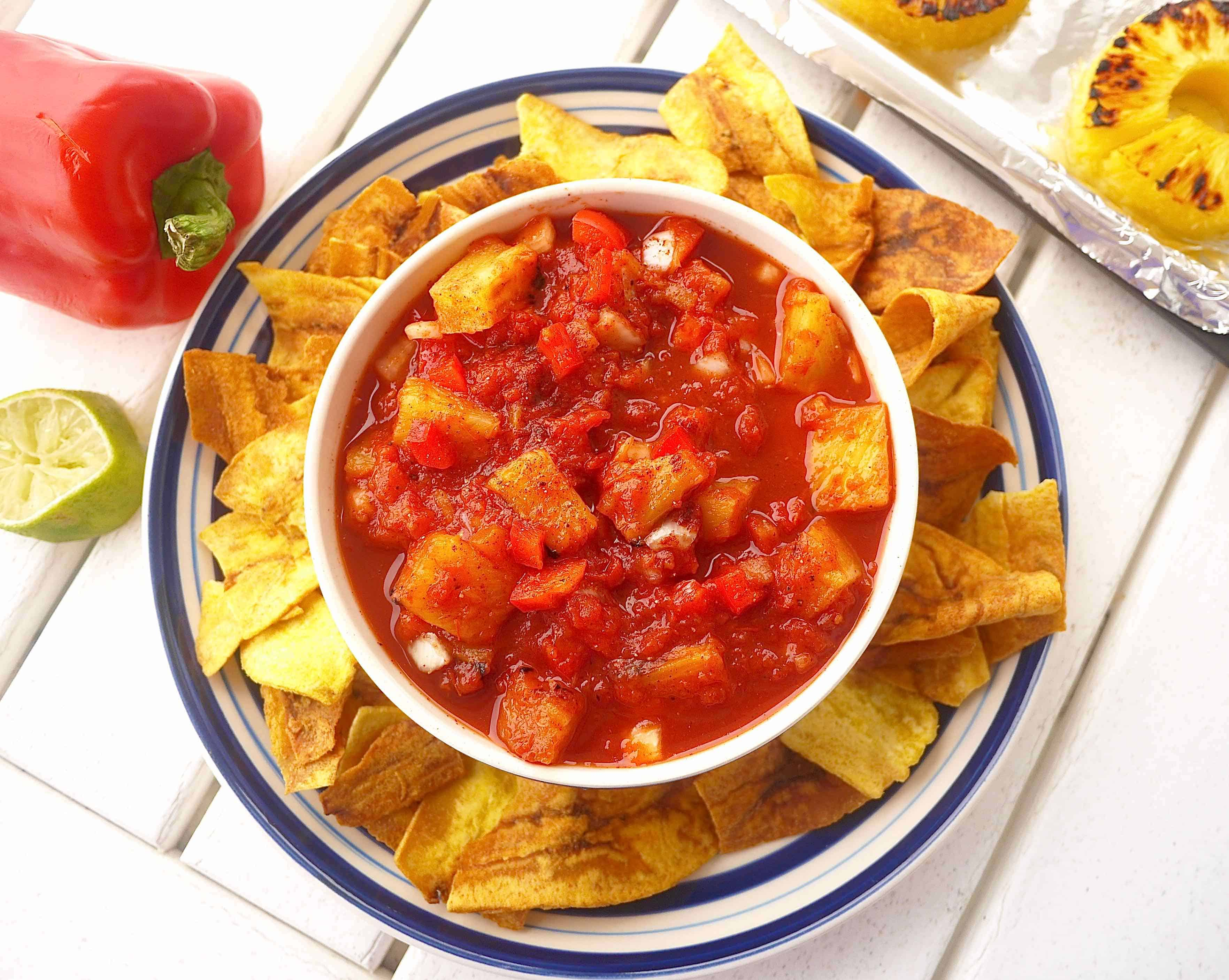 This Grilled Pineapple Salsa (paleo, GF) is perfect for football season!   Perchance to Cook, www.perchancetocook.com